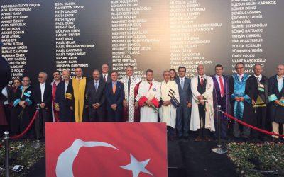Akademisyenler Demokrasi Şehitlerini Anmak İçin Taksim Meydanında
