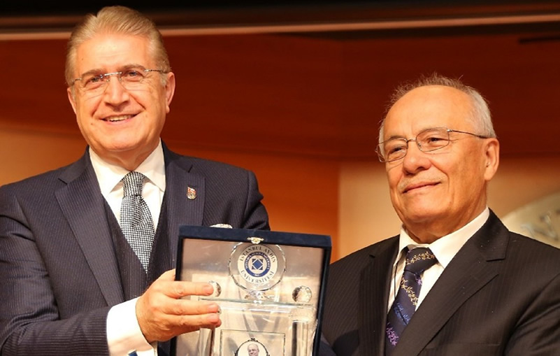 Öğretmenler Günü'nde Halis Ayhan'a Anlamlı Ödül
