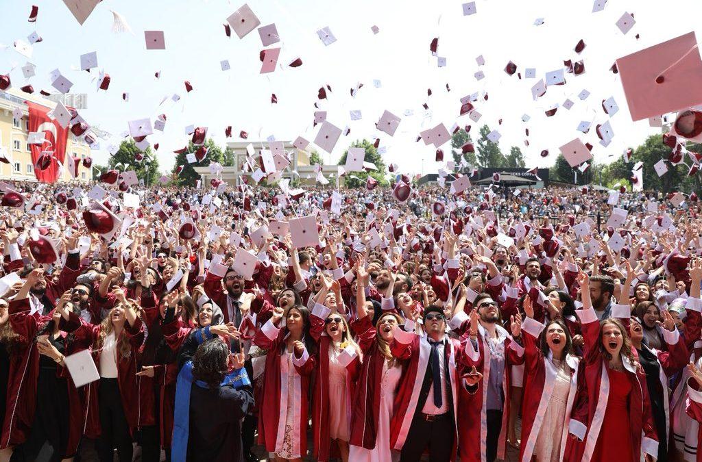 İstanbul Aydın Üniversitesinde Mezuniyet Coşkusu